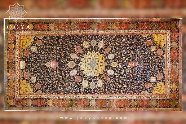 تصویری از قالی اردبیل با طرح ترنجدار که در دوران پادشاهی شاه تهماسب صفوی بافته شده است