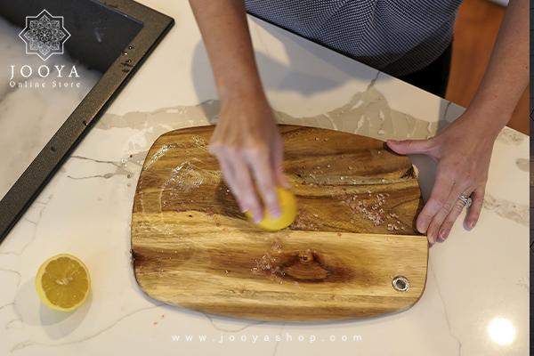 تمیز کردن تختههای برش چوبی با استفاده از لیمو و نمک