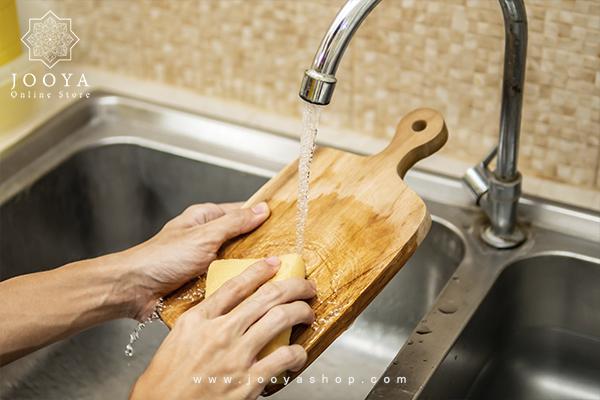 تمیز کردن تخته برش چوبی با استفاده از مایع ظرفشویی